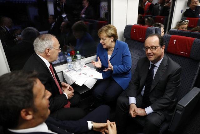 Thủ tướng Ý Matteo Renzi, Tổng thống Thụy Sĩ Johann Schneider-Ammann, Tổng thống Pháp Francois Hollande và Thủ tướng Đức Angela Merkel trò chuyện trên tàu trong khi trải nghiệm hành trình qua đường hầm Gotthard.