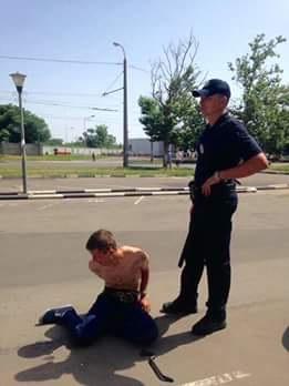 Tên cướp bị bắt giữ. Ảnh Nguoivietukraina