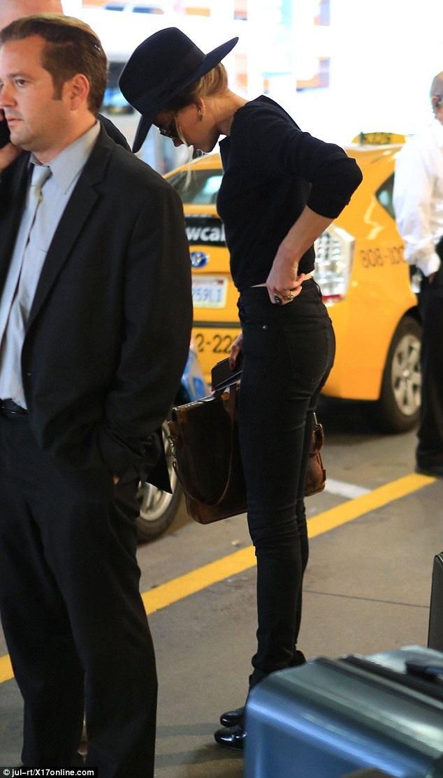 Tháng trước, Amber Heard bất ngờ đệ đơn ly dị nam diễn viên Johnny Depp sau 15 tháng chung sống. Đồng thời, người đẹp lưỡng tính còn tố cáo chồng cũ bạo hành, đánh đập cô trong thời gian hai người chung sống. Cô cũng yêu cầu tòa cấm Johnny Depp tiếp cận cô trong thời gian chờ đợi phán quyết mới của tòa.