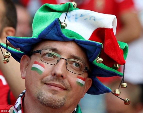 Một cổ động viên của Hungary với chiếc mũ hình ngôi sao