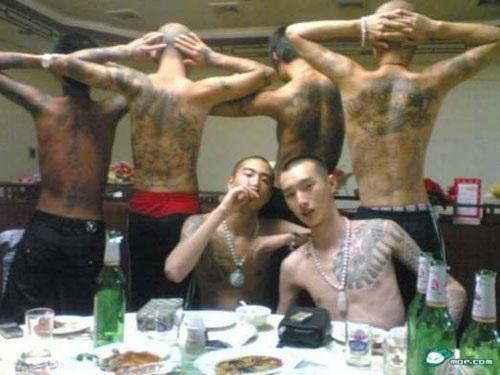 Những thành viên của hội Tam Hoàng có hình xăm rồng trên lưng (ảnh: Facts and Details)