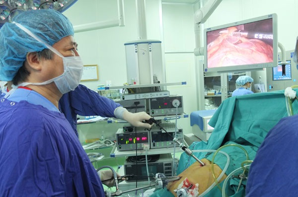 GS Trần Bình Giang (BV Việt Đức) phẫu thuật nội soi một ca ung thư dạ dày tại phòng mổ hiện đại nhất Việt Nam.  Ảnh: Diệu Linh