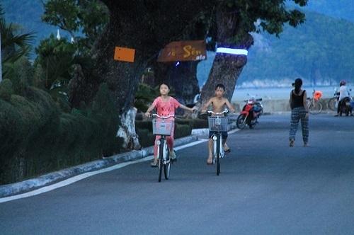 Các em nhỏ tắm biển, đạp xe dạo phố. Ảnh: XUÂN LỘC.