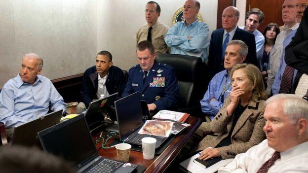 Tổng thống Obama và các quan chức chính quyền theo dõi cuộc đột kích tiêu diệt Osama bin Laden (Ảnh: AP)