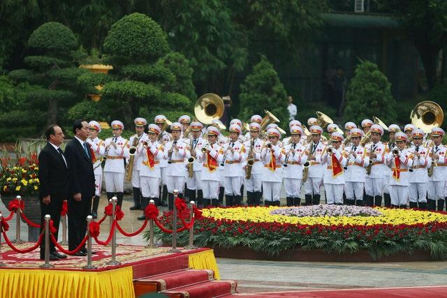 Chủ tịch nước Trần Đại Quang và Tổng thống Pháp Francois Hollande tiến hành nghi lễ chào cờ. (Ảnh: Reuters)