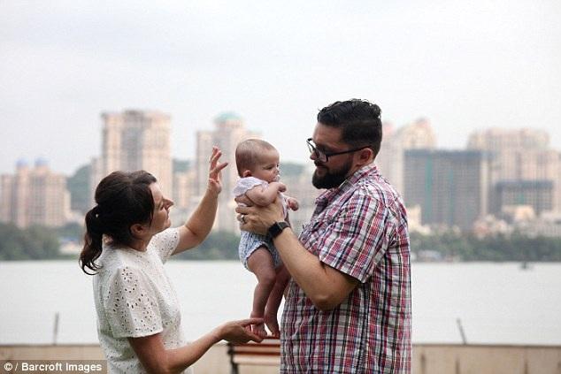 Bố mẹ sinh con nhờ mang thai hộ mất ăn mất ngủ vì nguy cơ phải bỏ lại con - 2