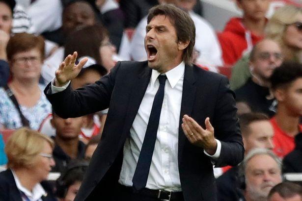 Conte hò hét chỉ đạo học trò thi đấu trong hiệp một
