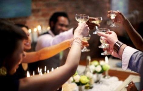 Khi uống rượu bia, chỉ nên uống vừa đủ theo khả năng. Không nên uống khi bụng đói. Hình minh họa.