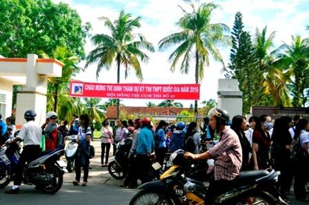 Rất đông thí sinh đến địa điểm thi tại trường ĐH Phan Châu Trinh (Hội An) để làm thủ tục dự thi. (Ảnh: C.Bính-N.Linh)