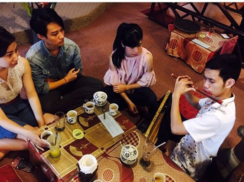 Rất nhiều bạn trẻ tìm đến Anh Tuấn để được hướng dẫn cách chơi sáo.