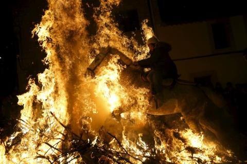 Lễ hội cưỡi ngựa qua lửa có một không hai ở Tây Ban Nha - 2