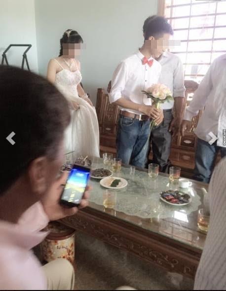 Hình ảnh khiến nhiều người xem khá sửng sốt khi biết cô dâu chú rể còn khá ít tuổi