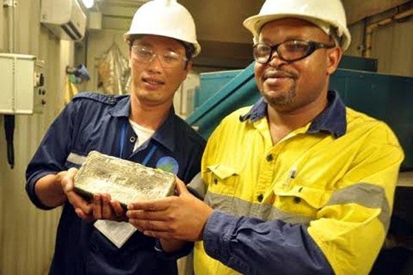 Một thỏi vàng thành phẩm khai thác tại mỏ vàng Phước Sơn nặng 5 kg