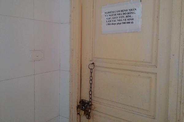 Nhà vệ sinh khóa cửa