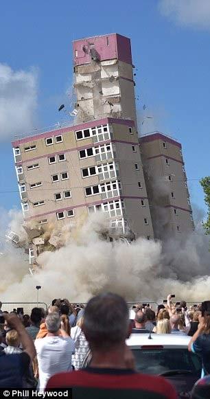 Xem đánh sập ba tòa cao ốc trong tích tắc - 2