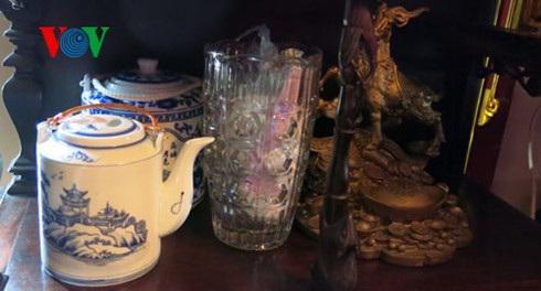 Kể cả những vật dụng nhỏ như bộ cốc chén, lọ tăm cũng được vợ chồng gia chủ kỳ công đem từ Việt Nam sang