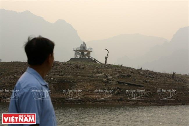 Cỏ miềng trầu mọc ở ốc đảo có cột mốc đánh dấu trung tâm huyện Quỳnh Nhai cũ. (Ảnh: Việt Cường/Báo ảnh Việt Nam)