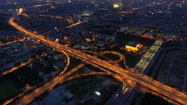 Phần còn lại của giao lộ Pháp Vân - Cầu Giẽ với đường vành đai 3 trên cao là vệt sáng nổi bật trong hình. Nút giao thông Pháp Vân - Cầu Giẽ trải trên một diện tích rộng lớn, cũng nổi tiếng là nút giao vô cùng phức tạp đối với các tài xế. Chỉ cần rẽ nhầm, phương tiện có thể phải đi tới vài chục km mới có thể vòng quay trở lại.