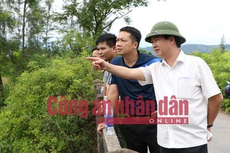 Đồng chí Đại tá Lê Văn Sao - Giám đốc CAT trực tiếp chỉ đạo công tác tìm kiếm tung tích nạn nhân.