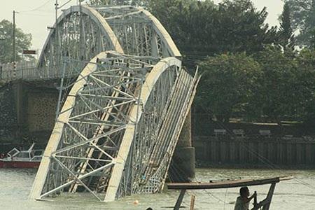 Cầu Ghềnh vừa bị đụng sập.