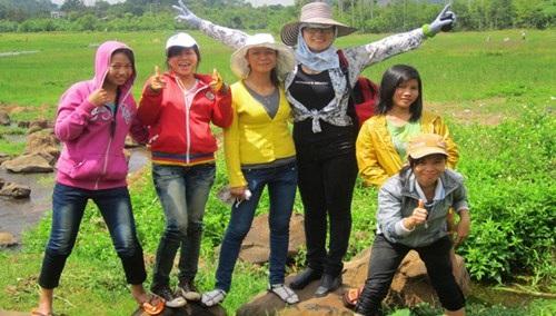 TS Tuyết Nhung (thứ 3, phải sang) đưa sinh viên đi thực tế.
