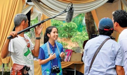 Tường Vy trả lời phỏng vấn báo chí quốc tế khi tham gia chương trình tình nguyện viên trẻ vì môi trường ASEAN.