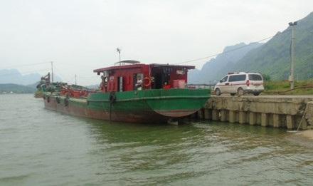 Cty Hạ Long sở hữu riêng một con phà, bến thuyền chở dầu. Chiếc xe cứu thương luôn túc trực. Ảnh: Xuân Hùng