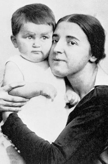 Nadezhda Allilueva và con trai Vasily. Ảnh: RIA Novosti / Svishev Paolo