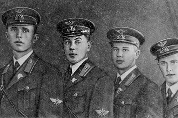 Các học viên tốt nghiệp Trường Không quân Kachin (V.I. Stalin - 2 trái). Năm 1939. Nguồn: Public Domain