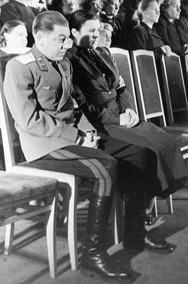 Vasily cùng vợ là Ekaterina Timosenko tại lễ tang I.V. Stalin. Ảnh: RIA Novoxti