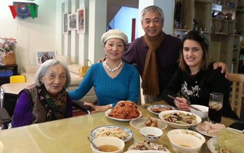 Lin Costa ăn Tết tại một gia đình người Việt ở Việt Nam.
