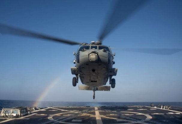 Một trực thăng MH-60R Sea Hawk hạ cánh trên tàu khu trục tên lửa dẫn đường USS Chung-Hoon tại biển Philippines hồi tuần trước. (Ảnh: U.S. Navy)