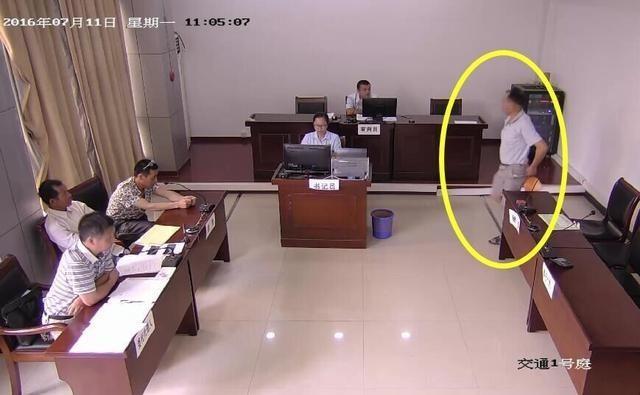 Người đàn ông tìm cách cởi quần soóc. (Nguồn: shanghaiist.com)