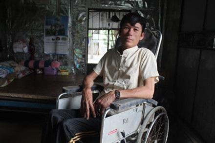 Thợ lặn Chu Văn Châu bị liệt phải ngồi xe lăn từ khi mới 19 tuổi vì nghề lặn. Vợ của ông đã bỏ đi lấy chồng khác. Ảnh: Trần Tuấn