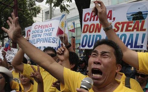 Người dân Philippines bức xúc biểu tình phản đối Trung Quốc dồn ép nước họ và chiếm bãi cạn của họ. Ảnh: TheTimes.