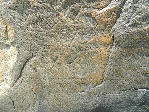 Những dòng chữ Chăm cổđược khắc trên hòn đá Chữ