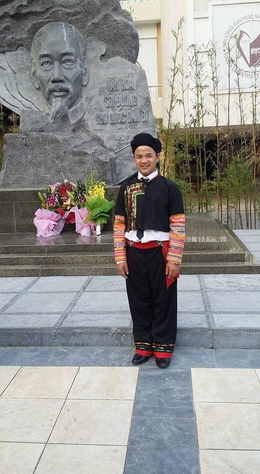 Chàng sinh viên trong trang phục dân tộc