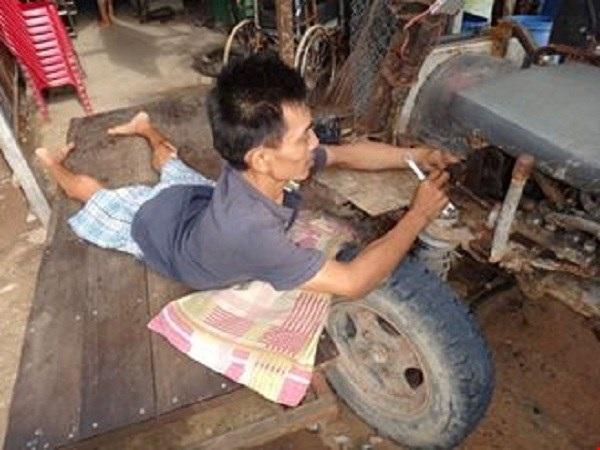 Bất kể nắng nóng, anh Thông vẫn luôn nỗ lực hết mình vì công việc