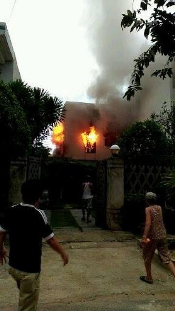 Người dân tham gia chữa cháy bằng cách vào nhà hàng xóm để tiếp cận đám cháy