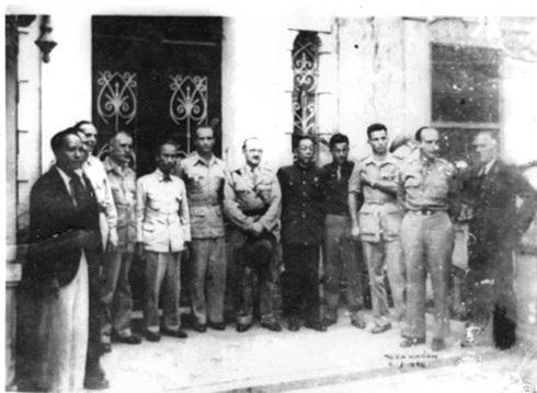Sau lễ ký kết Hiệp định sơ bộ 6/3/19146. Vây quanh Bác Hồ là các sĩ quan Pháp, sĩ quan quân đội Tưởng, cùng đại diện ngoại giao của Mỹ và Anh. Ảnh: Nguyễn Bá Khoản.