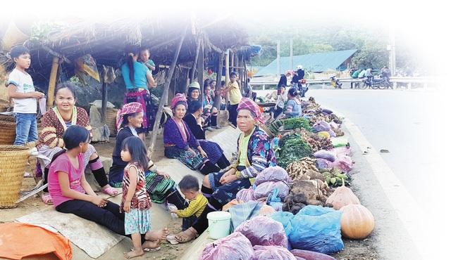 Tại các chợ cóc ven đường, nhiều người dân bày bán lá ngón ăn được. Ảnh: C.T