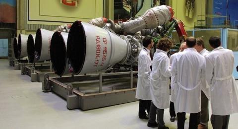 Các chuyên gia bên động cơ tên lửa.