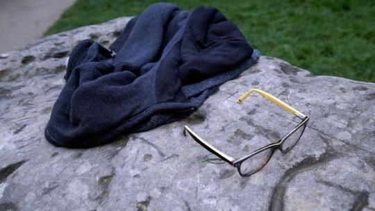 Áo và kính của nạn nhân vụ sét đánh ở Paris. Ảnh: AP