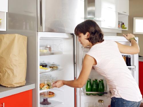 bạn không nên chất quá đầy thực phẩm vào tủ, giữa các thực phẩm cần phải chừa ra một khoảng cách để khí lạnh có thể đối lưu, lượng điện tổn hao sẽ giảm xuống (Ảnh minh họa)