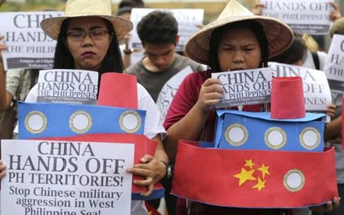 Người dân Philippines biểu tình phản đối Trung Quốc xâm lấn trên Biển Đông. Ảnh: AP.