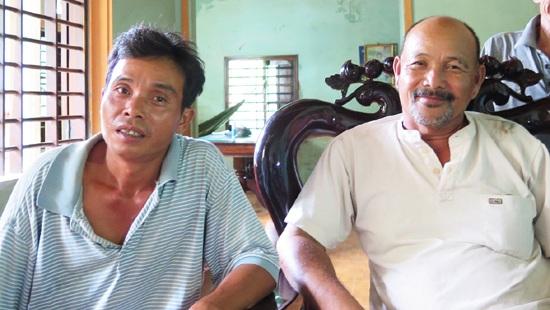 Anh Hồ Văn Hồng và ông Lê Công Ôn (áo trắng)