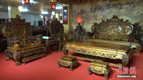 Choáng với bộ bàn ghế gỗ cẩm lai vàng giá gần 700 tỉ đồng - 2