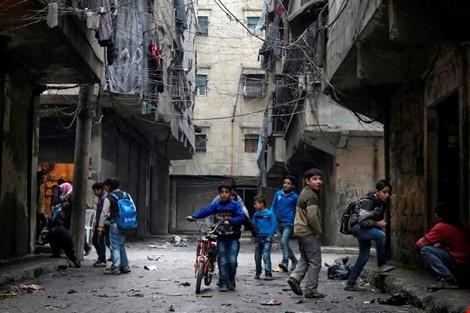 Trẻ em chơi trên đường phố Allepo (Syria) trong thời điểm không giao tranh hiếm hoi ngày 11-2. (Ảnh: SANA)