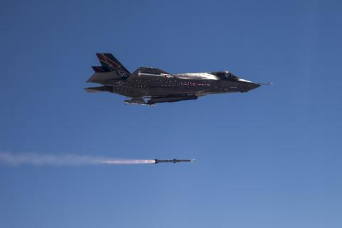 Tiêm kích F-35A khai hỏa tên lửa AIM-120 AMRAAM.