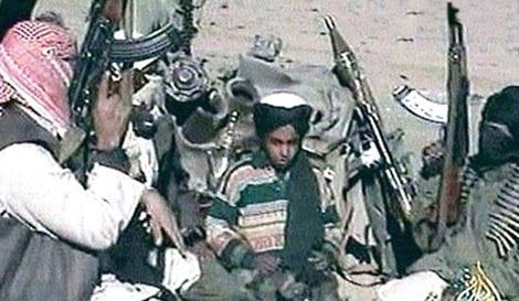 Thái tử Hamza Laden lúc 12 tuổi trong sự tung hô của những chiến binh Al Qaeda.